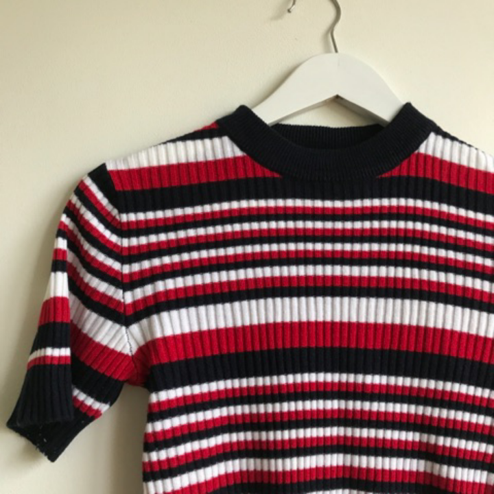 En tröja från POP sthlm  Jag skulle säga att det är en S men den är stretchig så om man har M funkar den också :-) . Toppar.