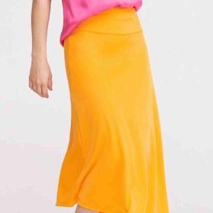 orange långkjol!! supersnygg men lite stor för mig i midjan:(  har en dragkedja på ena sidan vid midjan🧡🧡
