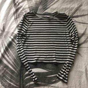 Snygg croppad tröja i bra skick. Den har en liten liten fläck på sig men syns verkligen inte om man har den på sig. Säljs för 20kr+frakt nypris var 129kr