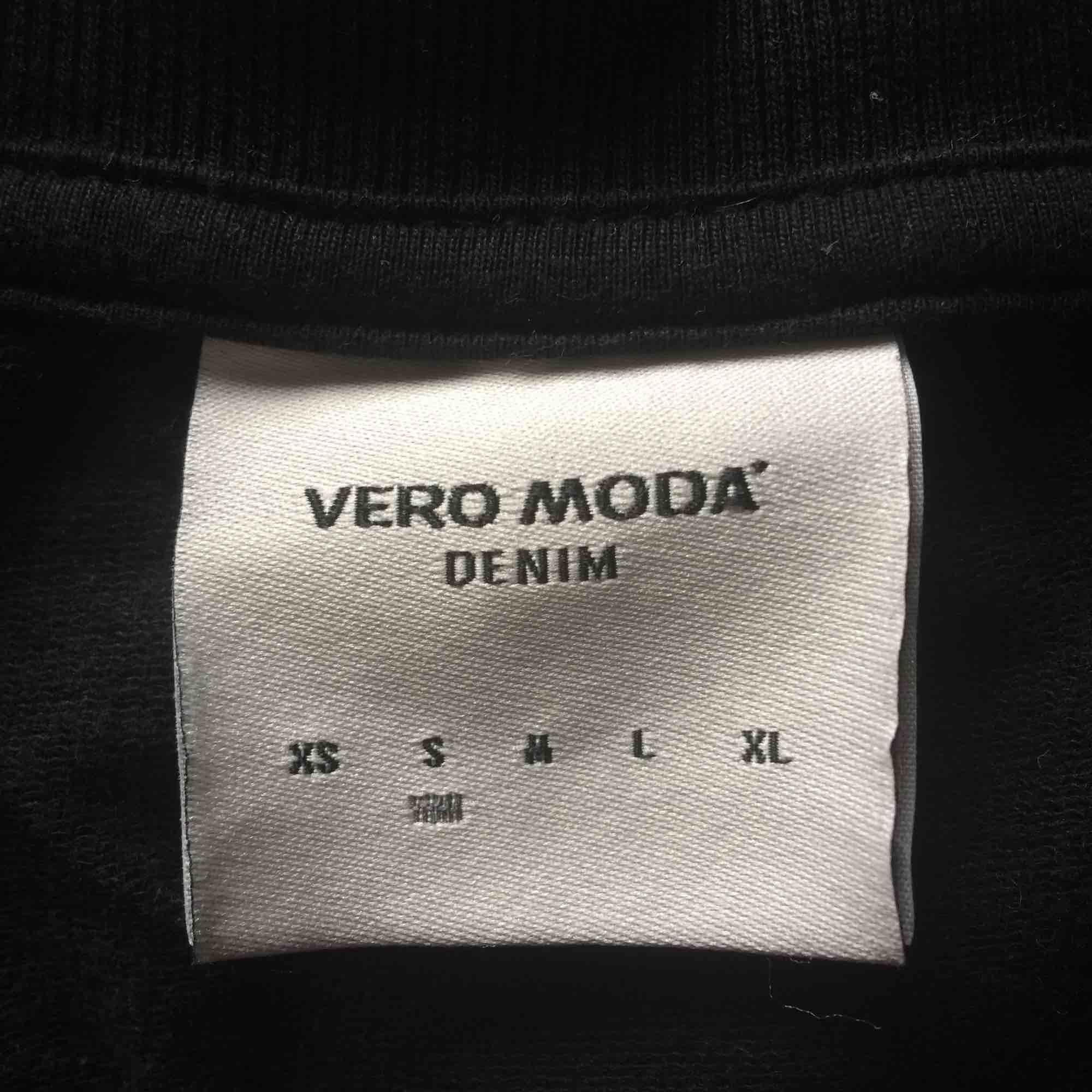 Snygg tröja med tryck på i superbra skick! Nypris var 349kr och jag säljer för 100kr+frakt . Tröjor & Koftor.