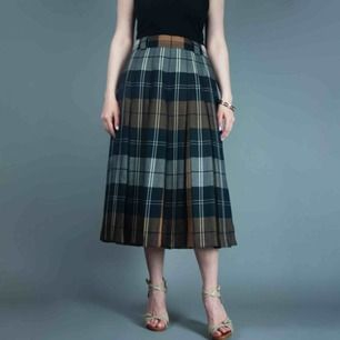 Vintage 70s wool pleated plaid midi skirt in brown size S SIZE & FIT Label: D 40, F 42, GB 14, fits best S Model: 163/XS-S Measurements: length: 76 cm waist: 37 cm Free shipping