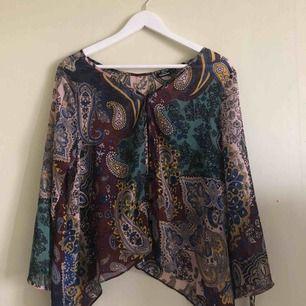 Fin blus från Kappahl, se bild två för att få dig en bättre uppfattning om mönstret samt färgerna. Köparen står för frakten!
