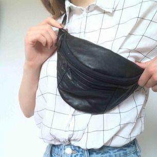 Cool fannypack från beyond retro! Längd på bandet går att justera. Överlag är väskan i fint skick men bandet är lite slitet, kolla bild 3☺️ frakt tillkommer på 36 kr