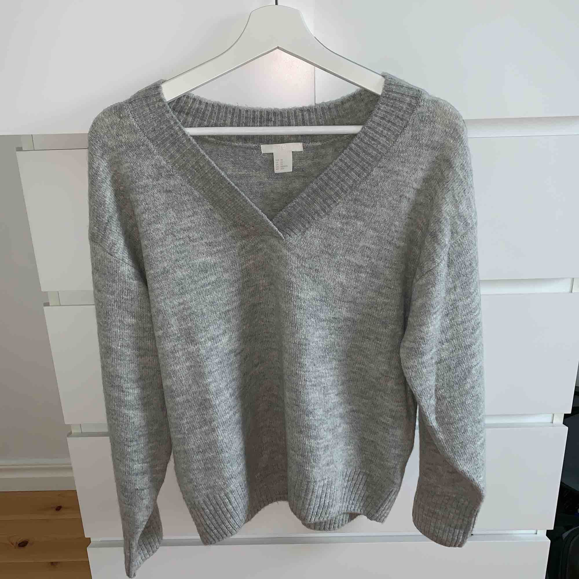 En superfin grå, stickad, v- ringad tröja som är perfekt på vintern/hösten. Säljs då jag aldrig har använt den för att den är lite för stor för mig. Stickat.