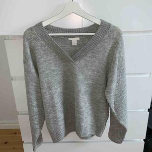 En superfin grå, stickad, v- ringad tröja som är perfekt på vintern/hösten. Säljs då jag aldrig har använt den för att den är lite för stor för mig