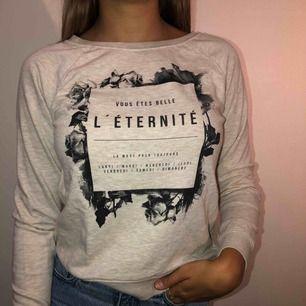 En fin gammelrosa sweatshirt från GinaTricot. Använd ett flertal gånger men i fint skick. Perfekt nu till hösten.   Köparen står för frakten!