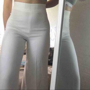 Skitsnygga vita byxor från zara jag köpt här på plick men inte använt någon gång då dom inte riktigt passade mig. (Första bilden är lånad av hon jag köpte dom av) jätte fräscha och i bra skick. Köparen står för frakt