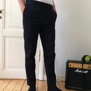 Kostymbyxor i strl 46 från Hm. Byxorna är uppsydd hos skräddare.  Finns i Göteborg men kan även skickas, då står köparen för frakt.  Ett litet hål vid vänster ficka, vänligen se bild nummer 3.