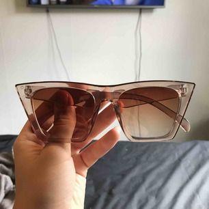 Coola solglasögon i superfin färg! Aldrig använda