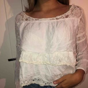 En fin vit blus som jag tror är köpt på Tessie eller Chelsea. Väldigt fin med både spetstyg och vanligt! Använd 2 gånger.   Köparen står för frakten!