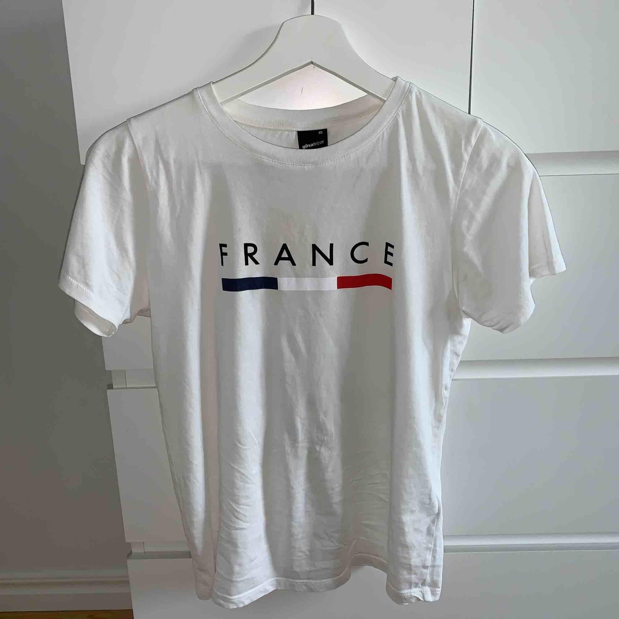 Säljer för att den inte blir använd så mycket. T-shirts.