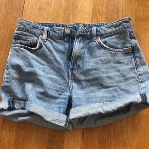 Super fina shorts som knappt är använda. Säljer pga jag inte kan ha dom längre. Sitter verkligen jätte bra och är lätta att matcha med.  Köper står för frakt men kan mötas också. :) 💕