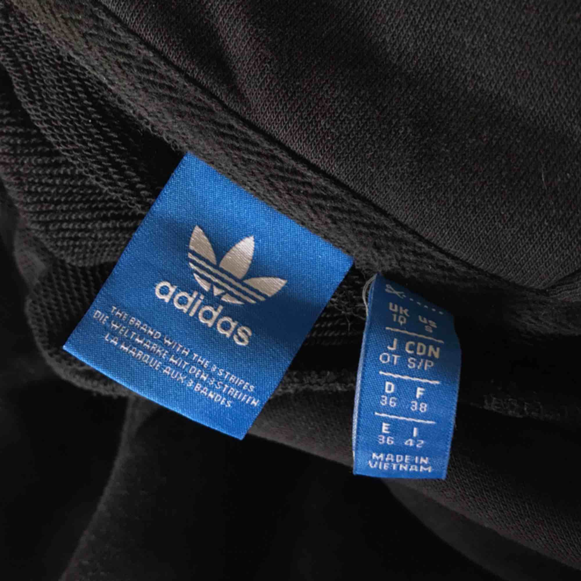 En lite croppad tjocktröja från adidas. . Tröjor & Koftor.