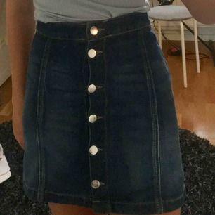 Mörkblå jeanskjol med silverfärgade knappar från Hm! Storlek 32 som motsvarar typ storlek xxs/xs🥰 Bra skick och fraktkostnaden står köparen för! Skriv privat för frågor eller mer bilder!:)