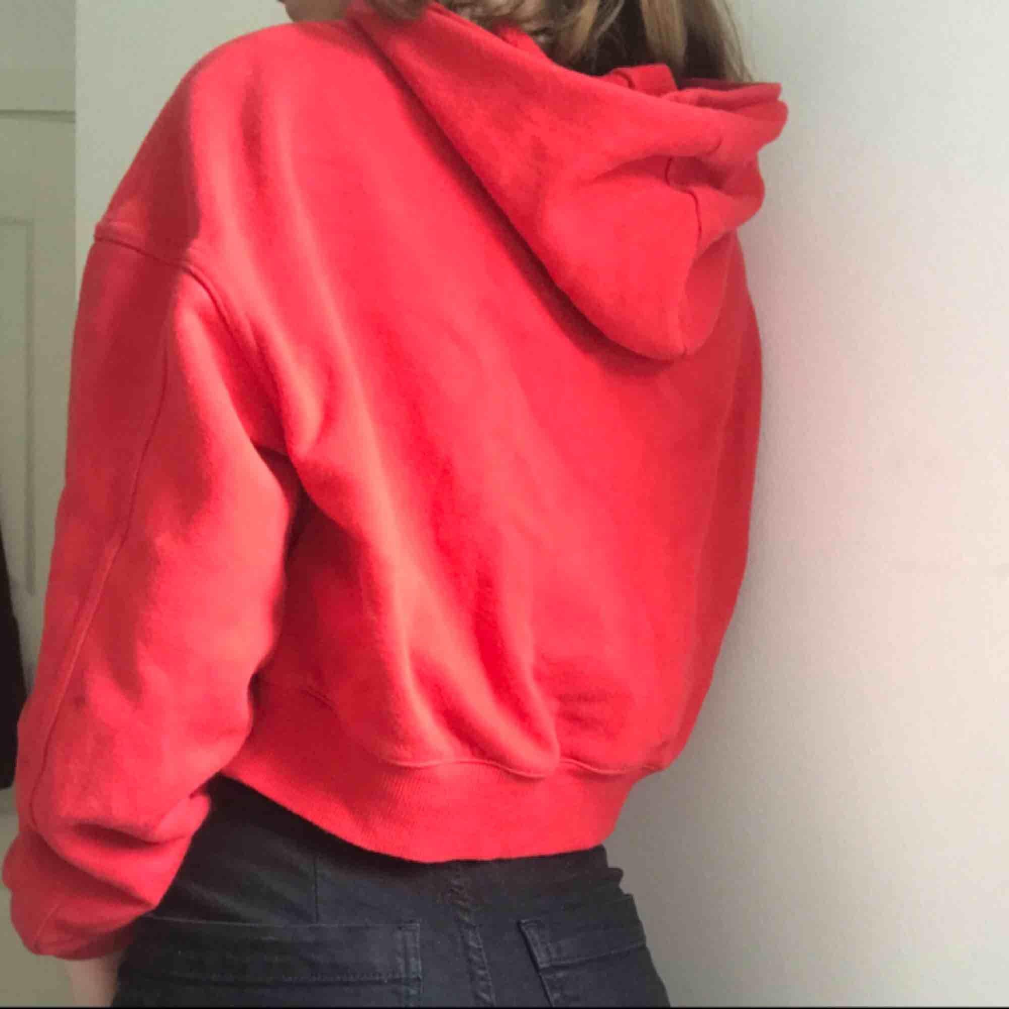 Gullig, röd, croppad tjocktröja. Värmer väldigt bra även fast den är lite kortare. . Tröjor & Koftor.