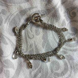 Armband i äkta silver, har knappt blivit använt. Fraktkostnad tillkommer på 10kr.