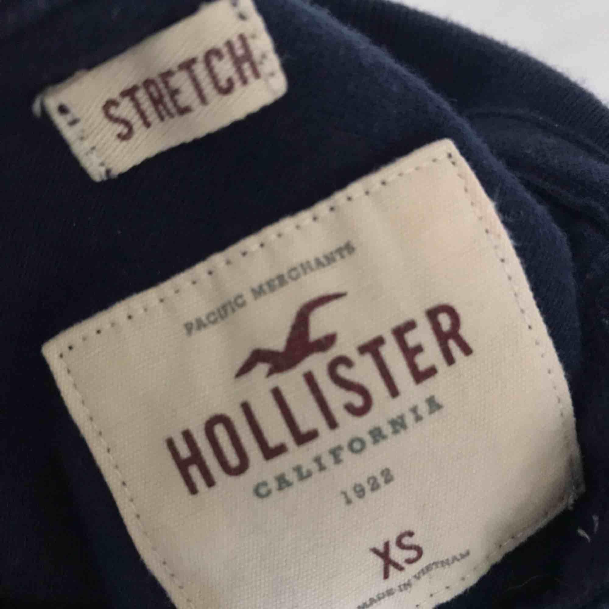 En jättesnygg piké- liknande tröja från hollister. . Toppar.