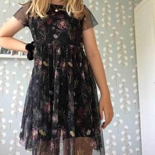 En så fin klänning från Lindex. Storlek 146-152 men passar lika bra som en storlek S! Den har en underklänning men den är ganska kort så jag rekommenderar att ha ett par cykelbyxor under. Så snyggt! Kan mötas upp i Göteborg annars står köparen för frakten