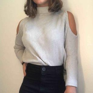 En stickad, långärmad tröja med öppna axlar. Passar till alla möjliga tillfällen.