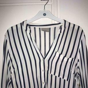 Randig skjorta från Vero Moda :-) knappt använd, storlek medium men passar small också! Fraktkostnad tillkommer :-)