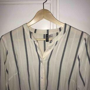 Lång skjorta från H&M :-) köpt 2016, aldrig använd! Fraktkostnad tillkommer.
