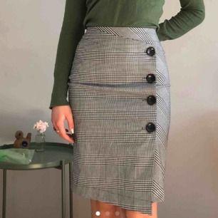 Oanvänd rutig kjol. Bilderna är på en i stl S som jag sålt tidigare men säljer alltså en i samma modell men stl M.🦋 +Frakt 42kr