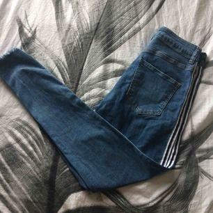Supersnygga jeans från denim co (köpta i london) med en snygg svart och vit rand på sidan. endast använda 2 ggr dvs att de är i nyskick!! Nypris var 699kr och jag säljer för 200kr+frakt❤️