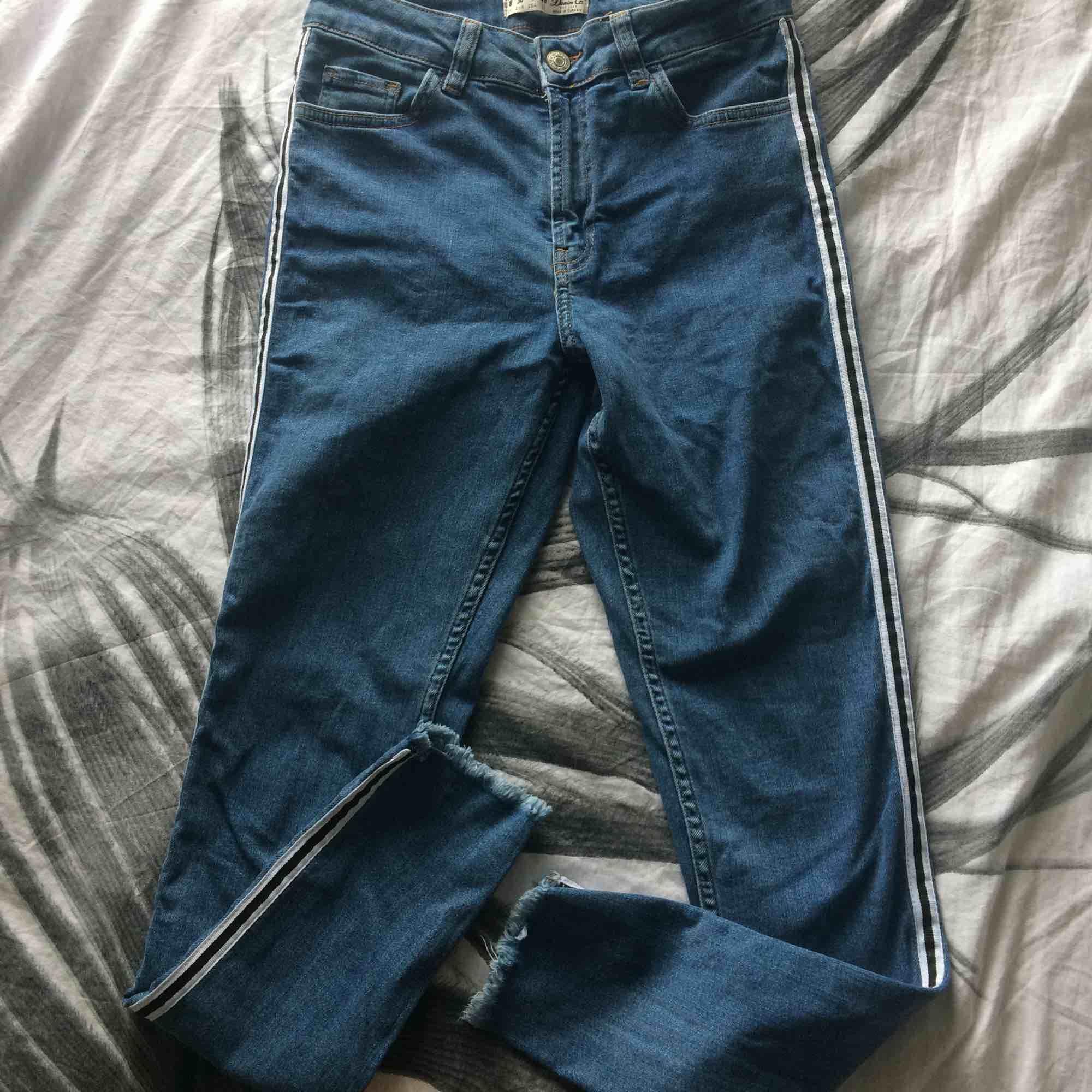 Supersnygga jeans från denim co (köpta i london) med en snygg svart och vit rand på sidan. endast använda 2 ggr dvs att de är i nyskick!! Nypris var 699kr och jag säljer för 200kr+frakt❤️. Jeans & Byxor.