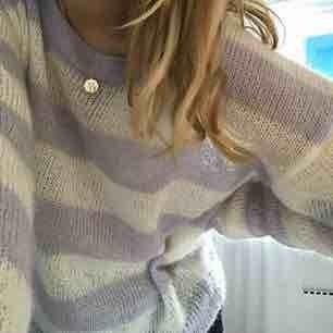 Supersnygg stickad tröja från Weekday. Använd max 2 gånger. Storlek S men kan lika gärna passa XS - M eftersom att den är ganska strechig. Så skön och så fin!  Kan mötas upp i Göteborg annars står köparen för frakten.:).   Priset kan diskuteras
