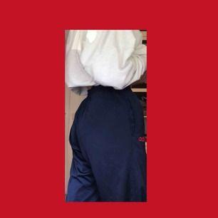Köpt på second hand.  Blåa Adidas byxor med gråa och röda detaljer :). Lite noppriga därav det billiga priset. Fraktar och möts upp. Tar swish :)🥰