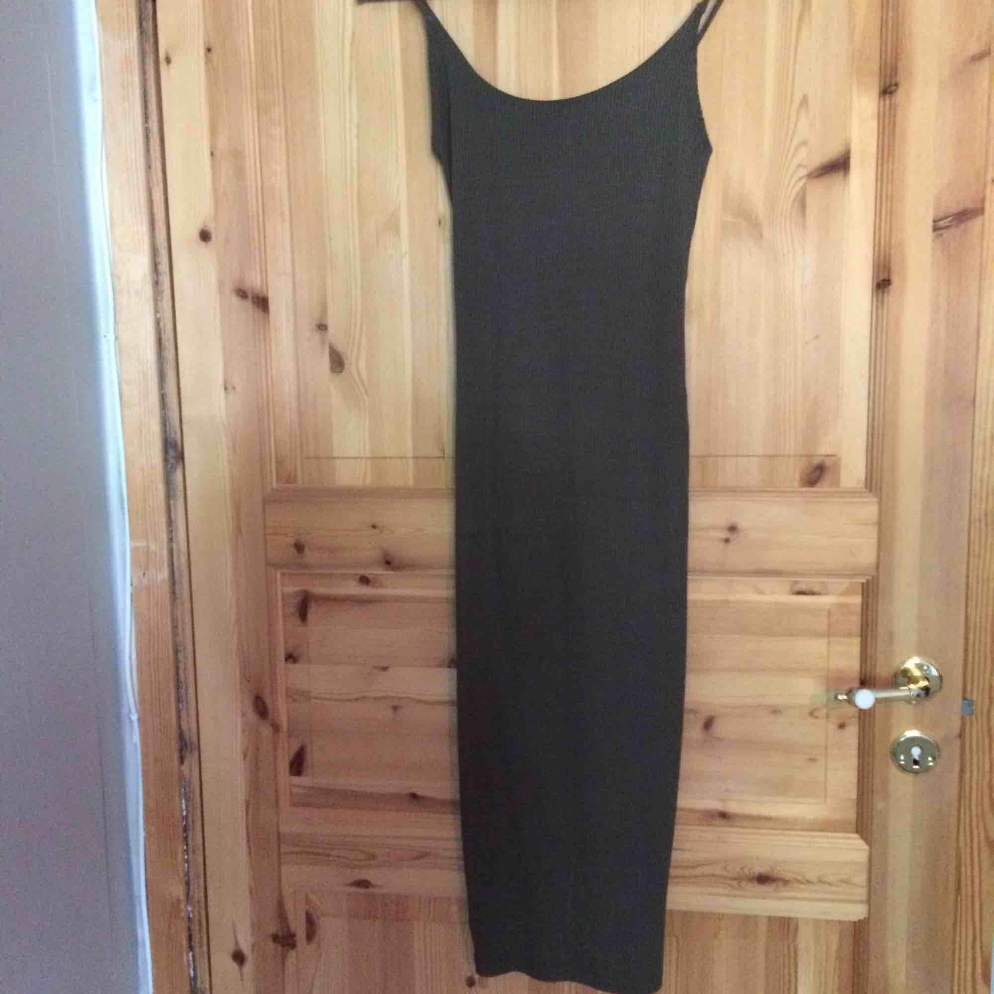 Tight klänning som formar kroppen och kurvorna. Aldrig blivit använd, fint skick. Fraktkostnad tillkommer på 20kr. . Klänningar.