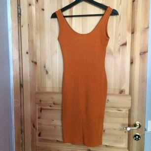 Tight klänning som formar kroppen och kurvorna, aldrig blivit använd. Fint skick! Fraktkostnad tillkommer på 25kr.