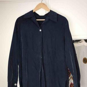 Väldigt lång skjorta, köpt second hand men aldrig använd av mig :-) fraktkostnad tillkommer