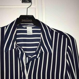Randig skjorta från H&M :-) köpt 2016, knappt använd! Fraktkostnad tillkommer!