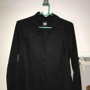 Svart skjorta, köpt second hand :-) fraktkostnad tillkommer!