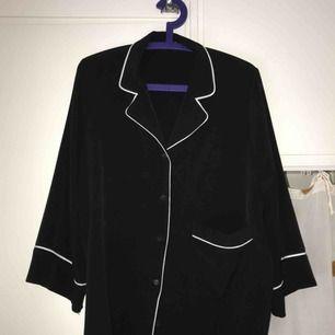Så himla fin blus från Monki, köpt förra året men knappt använd :-( spårbar frakt inräknat i priset!