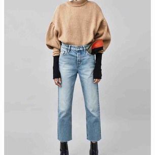 ett par nästan helt oanvända raka jeans ifrån zara. dem har typ lite slitningar upptill runt framfickorna✌🏻snygga men inte min modell. köparen står för frakten🦋🦋