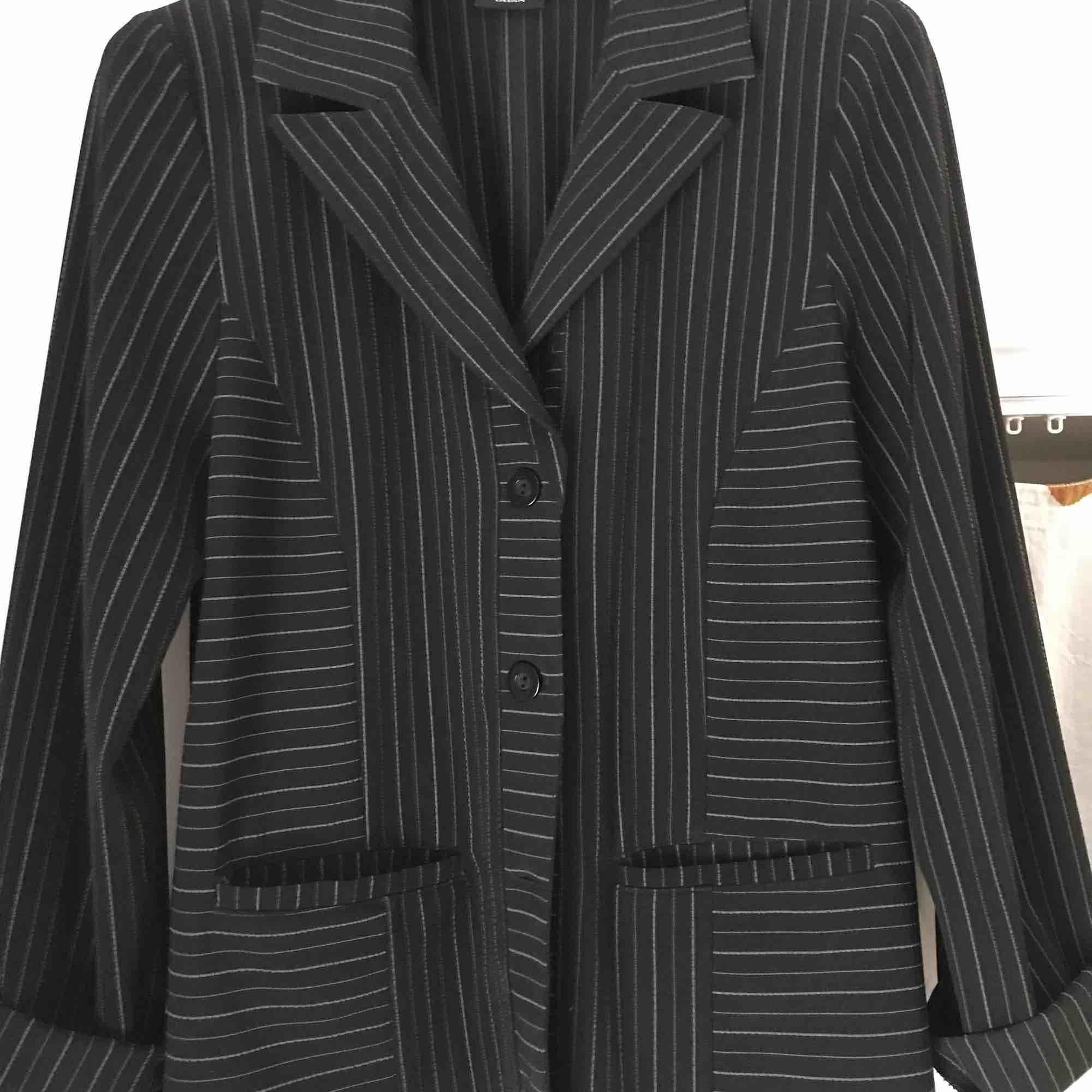 Väldigt fin kavaj från S.O.L! Köpt second hand, aldrig använd av mig :-( spårbar frakt inräknat i priset!. Kostymer.