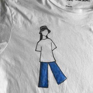 SÄNKT PRIS TILL 150 I 24 H!!! Vit t-shirt med handmålat motiv, storlek L men så fin som oversized till storlekar under!!🥰 Tvättad x1 för att få bort överflödig färg, helt oanvänd. Frakt inkl. i priset! Säljer även 2 andra!!🧚🏻♂️🧚🏻♂️