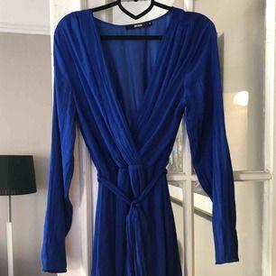 Klänning i en otroligt fin klarblå färg. Använd en gång.