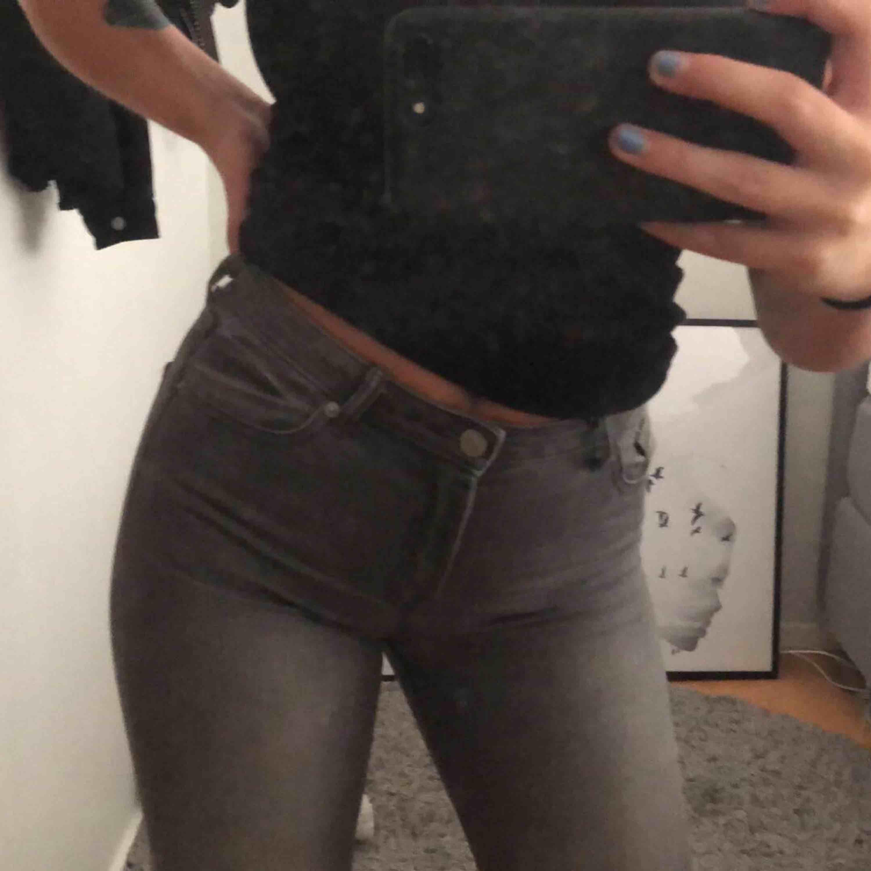 Snygga ljusgråa jeans med cool detalj nedtill! Inprincip oanvända då de är lite för korta för mig.. Jeans & Byxor.