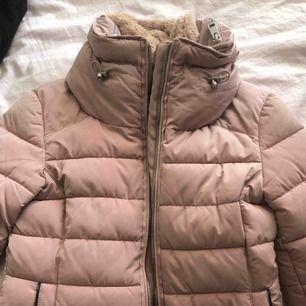 Zara Faux fur jacket. En vinter/höst jacka, aldrig använd och väldigt bra skick, tjock och ger mycket värme