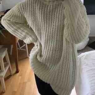 En så mysig stickad tröja. I storlek M men passar XS och S som oversize. Använd max 2 gånger. Vet ej vart den är ifrån. Kan mötas upp i Göteborg annars står köparen för frakten. Priset kan diskuteras