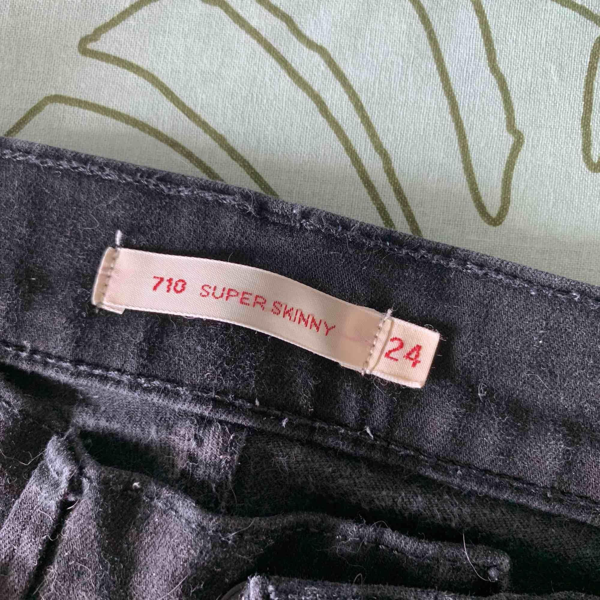 """Super snygga """" super skinny """" jeans från Levis, använda fåtal gånger då dem är för små för mig tyvärr. Jeans & Byxor."""