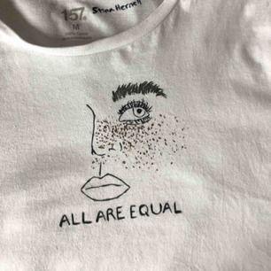 """SÄNKT PRIS TILL 150 I 24 H!!! Vit oversized t-shirt med handmålat motiv och texten """"All are equal""""🌷🌷 matchar till ipr. allt, tvättad x1 för att få bort överflödig färg! Helt oanvänd, frakt inkl. i priset!!😚 säljer även 2 andra!🤪🧜🏻♀️"""