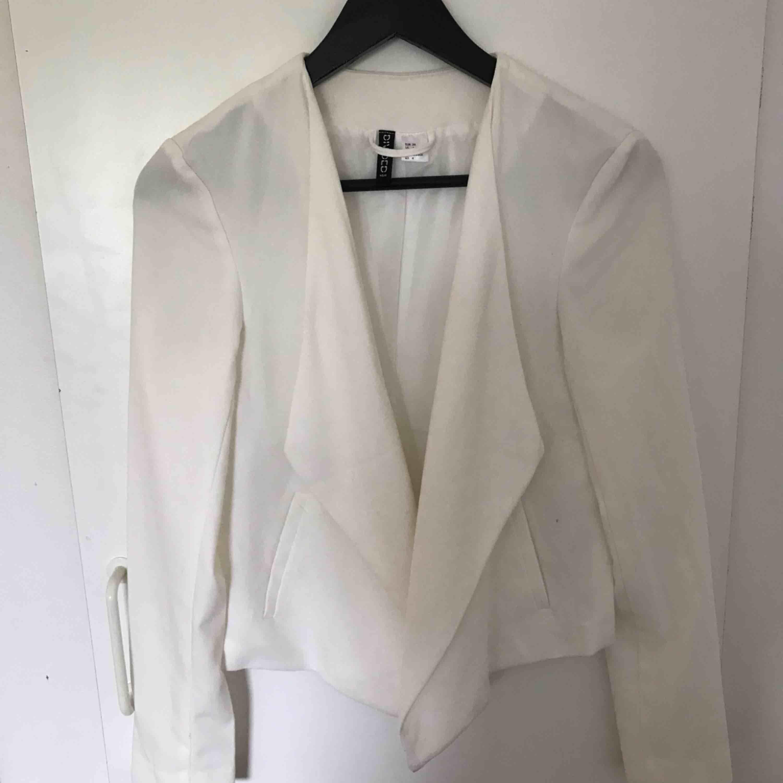 Supersnygg och stilren vit kavaj! Supersnyggt att styla med ett par enkla jeans och smycken:) . Kostymer.