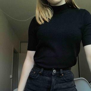 Så fin svart polo från märket Stockholm som jag köpte på MQ🌸 Ääälskar den verkligen men jag använder den aldrig så den passar bättre hos någon annan:( Inköpt för ca 400kr. Frakt tillkommer🌟