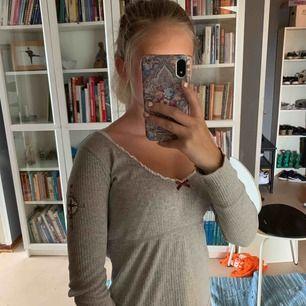 En söt tröja från odd Molly, den är grå och är i storlek 0 sol är xs