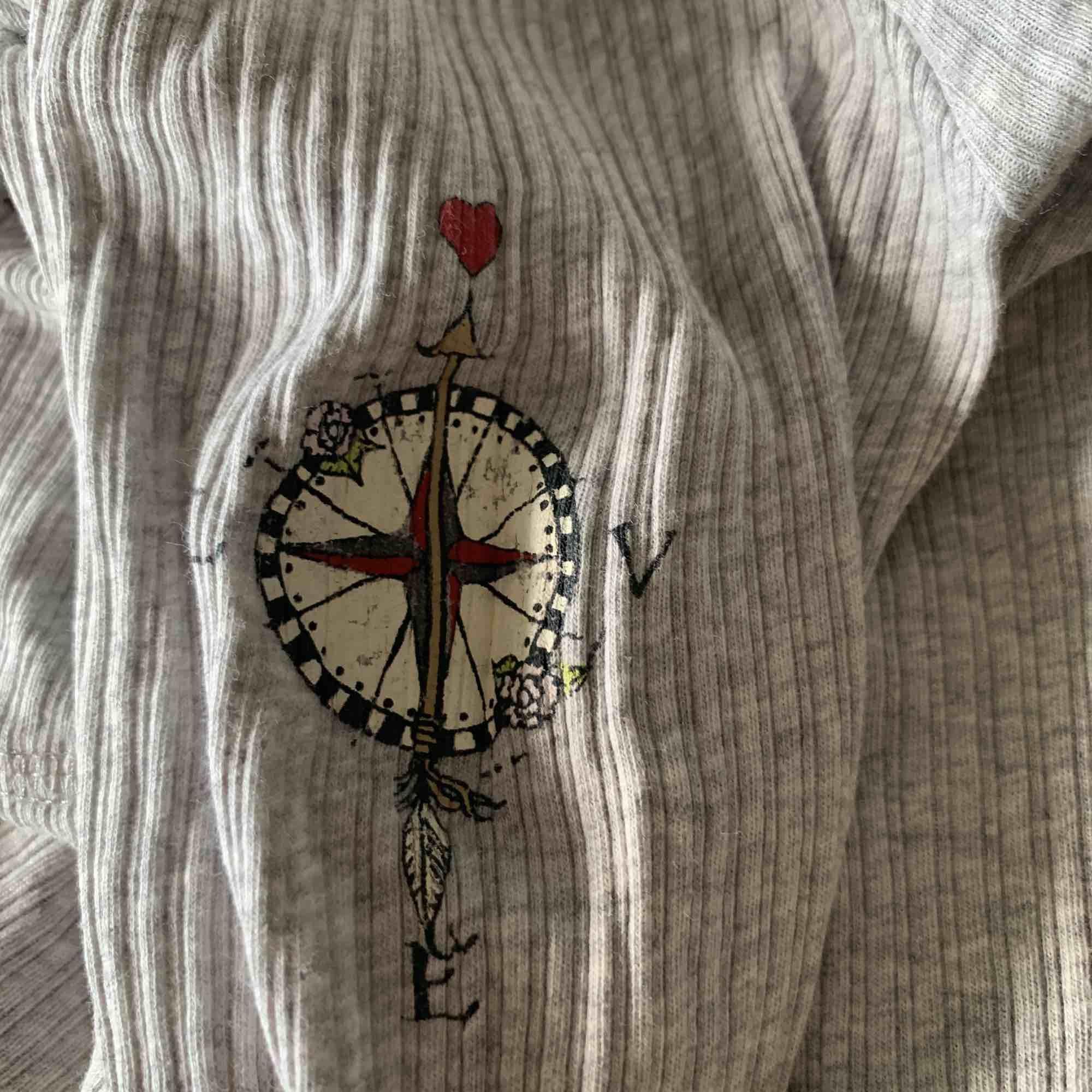 En söt tröja från odd Molly, den är grå och är i storlek 0 sol är xs . Toppar.