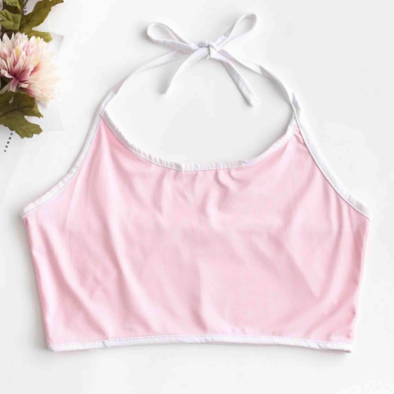 Baby rosa halterneck topp/linne med kontraster från ZAFUL! Man knyter det i nacken och kan därför reglera hur man själv vill att det ska sitta. Oanvänd! . Toppar.